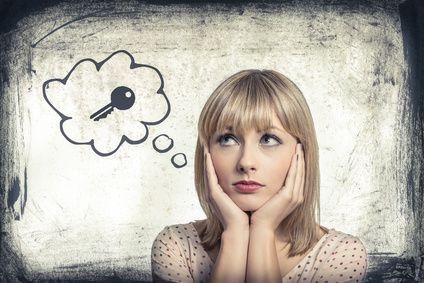 Verzweifelte Frau denkt an ihren Schlüssel