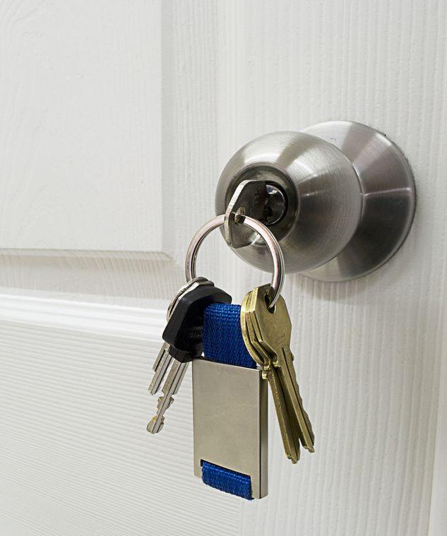 Ein Schlüssel steckt im Schloss