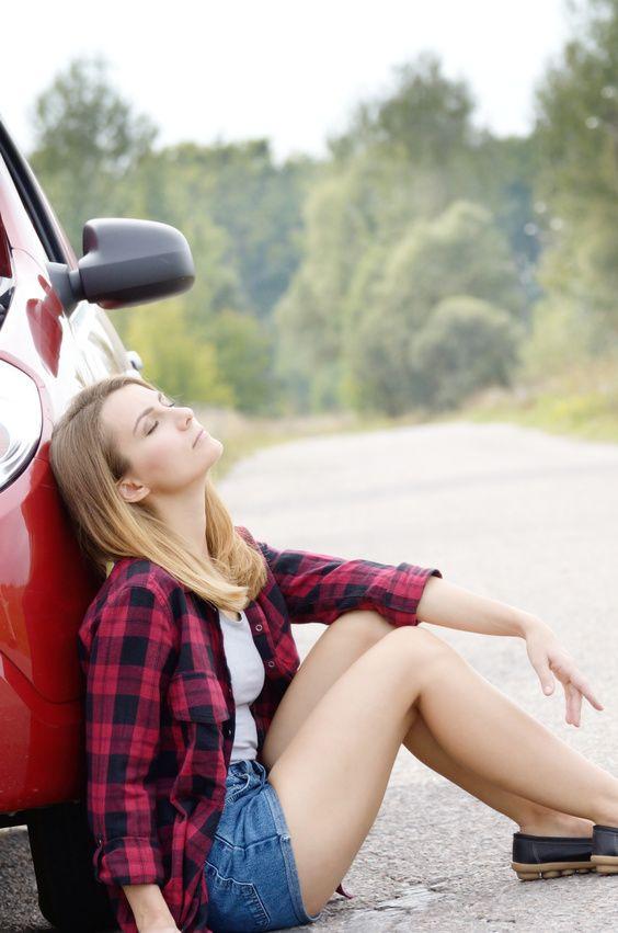 Frau lehnt an Auto